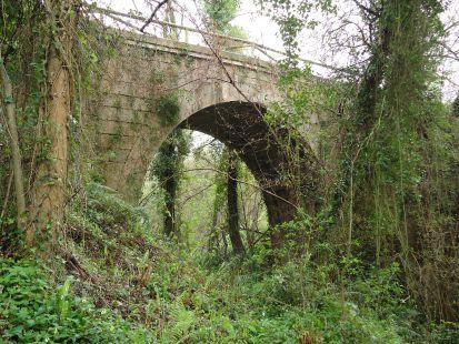 Puente de la inacabada vía a Lieres sobre el arroyo del Meredal