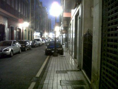 BMW perpetuo en la acera de la calle Begoña