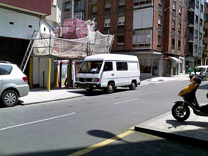 paradas extrañas, moto y furgon